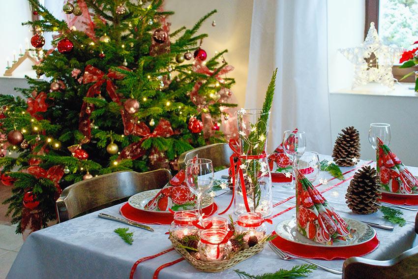 tavola di natale in bianco e rosso.
