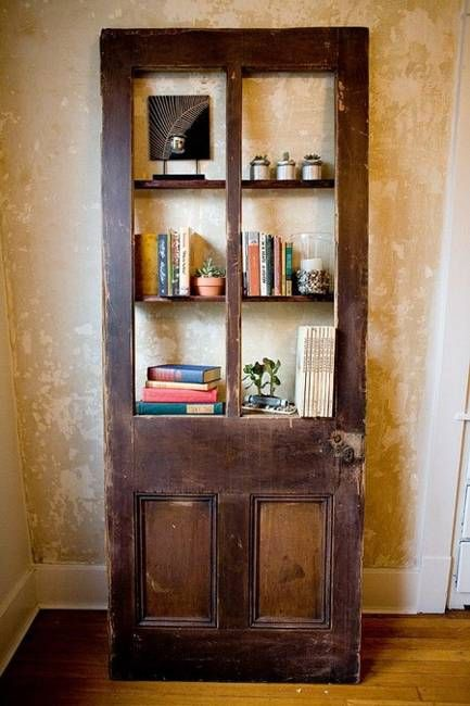 Vecchia porta recuperata diventa biblioteca rustica