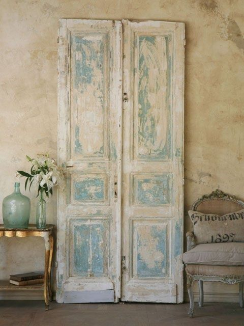 Riciclo creativo di una vecchia porta come oggetto decorativo