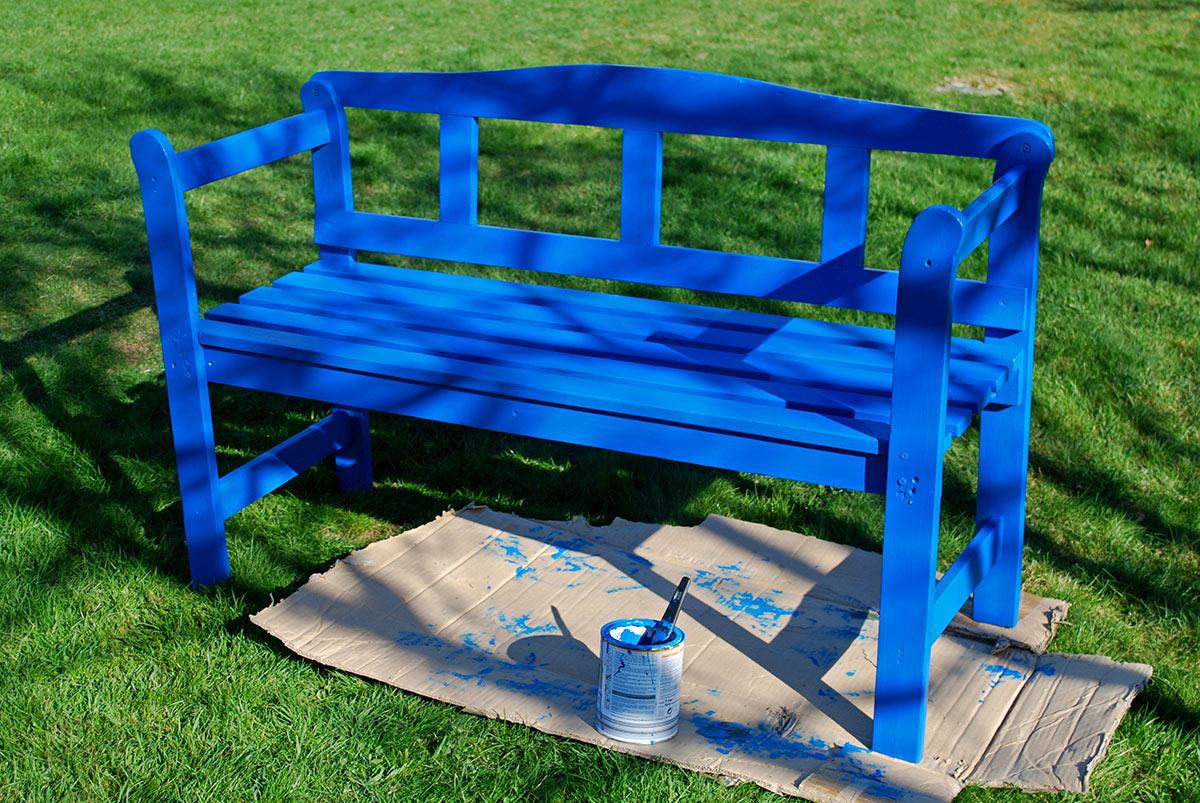 Panchina dipinta colore blu, ideale per arredare il giardino fai da te.