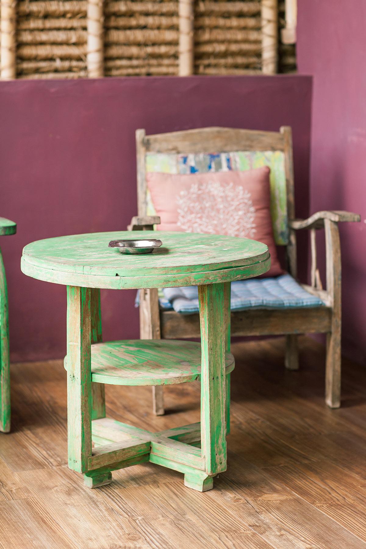 Tavolino in legno pittato in verde vintage.