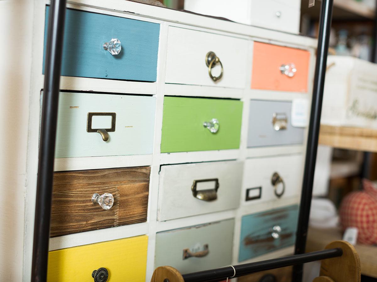 Como con cassetti pittati di vari colori, ideale per arredamento vintage.