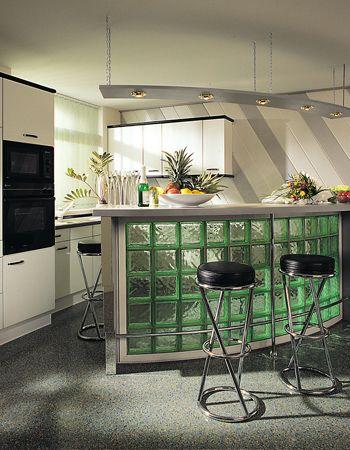 Penisola cucina circolare con vetromattoni trasparenti verdi.