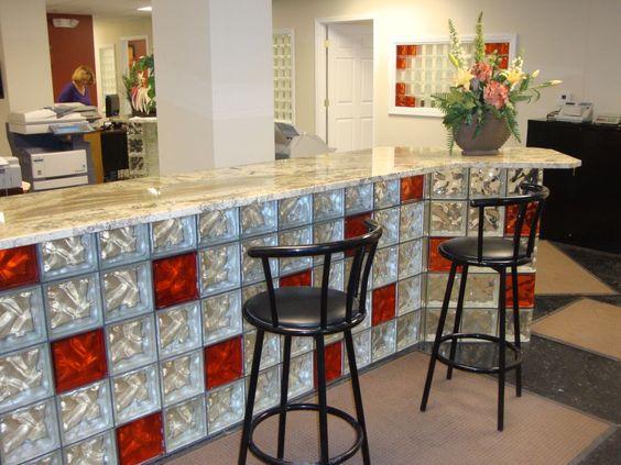 isola cucina con il vetrocemento bianco e rosso con top in marmo.