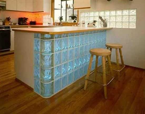Penisola moderna per cucina con rivestimento in vetrocemento azzurro.