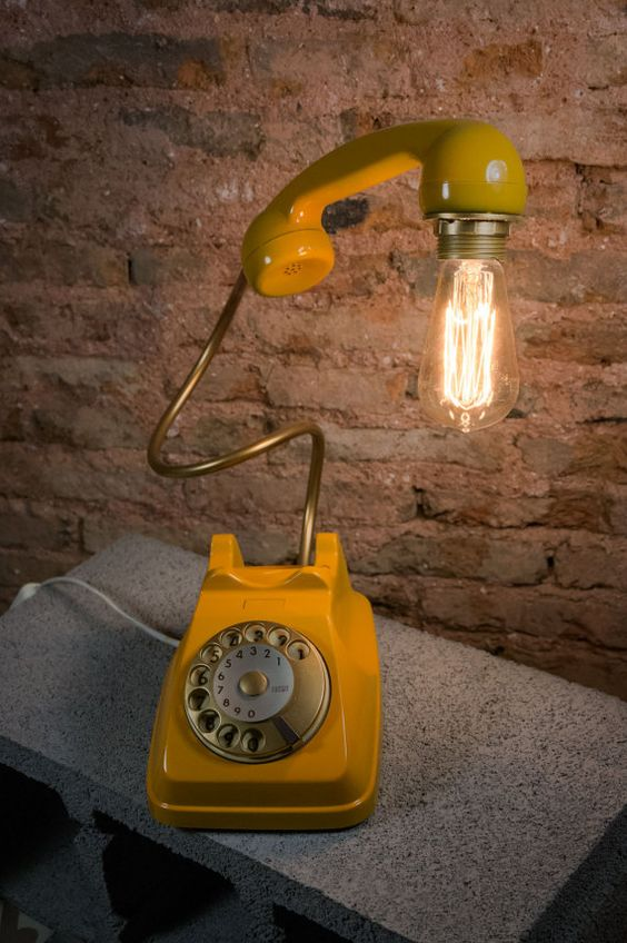 Lampada originale realizzata con un vecchio telefono vintage.