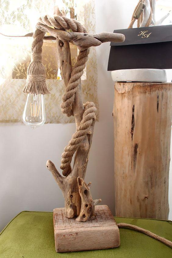 Lampada originale realizzata con tronco in legno e corda.