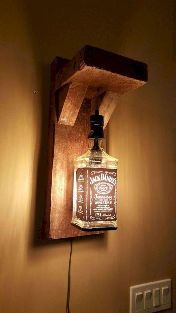 Lampade DIY realizzate con pallet e bottiglia di Jack Daniels.
