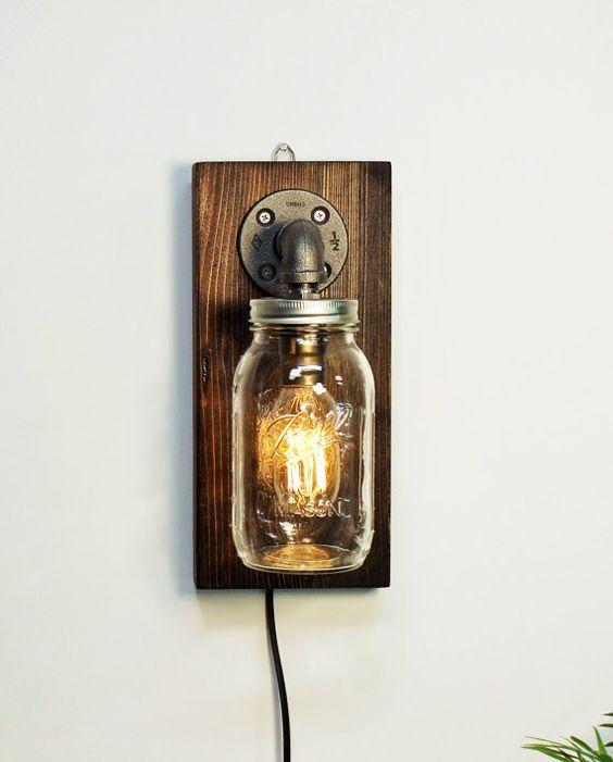 Lampade fai da te originali realizzate con barattoli di vetro e pezzo di bancale.