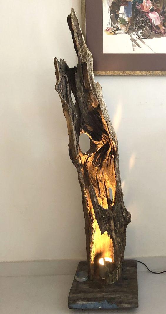 Lampada originale realizzata con un tronco di legno.