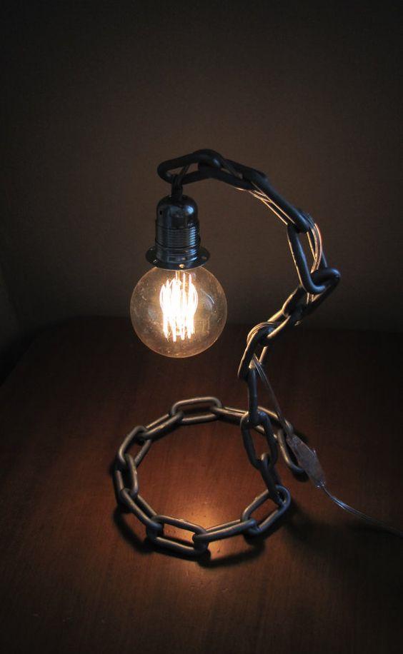 Lampada stile industriale realizzata con il fai da te con una catena.