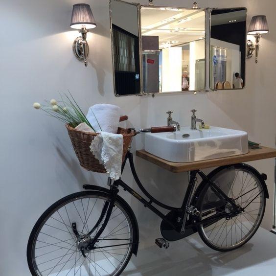 Una vecchia bicicletta diventa mobile per lavandino in bagno.