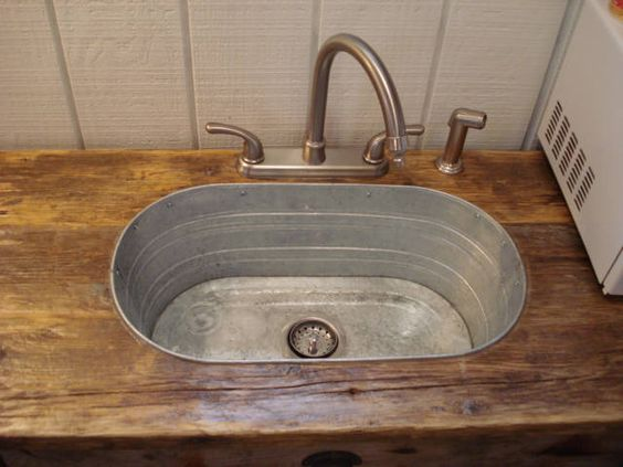 Lavandino con riciclo creativo realizzato con una vecchia bacinella.