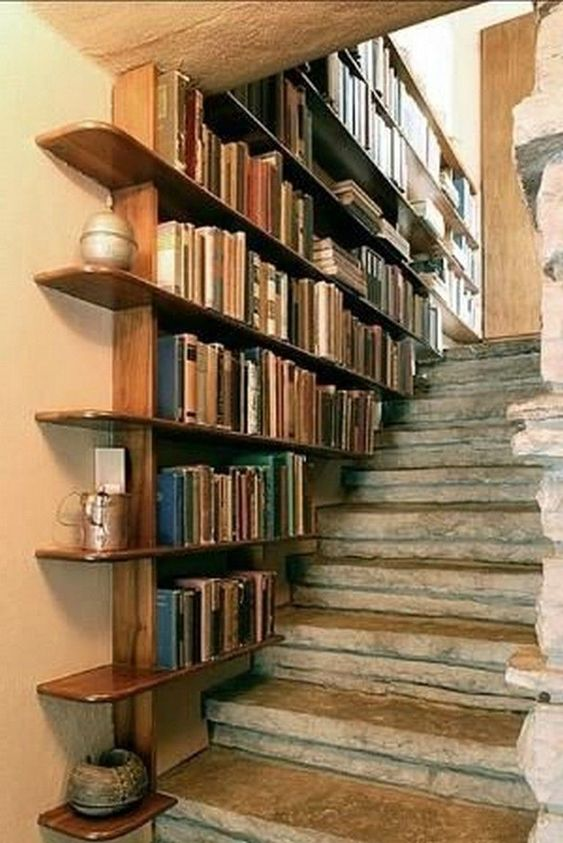 Libreria stile rustico nelle scale di casa.