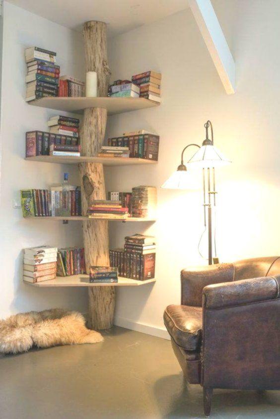 Bella libreria d'angolo realizzata con un tronco e mensole