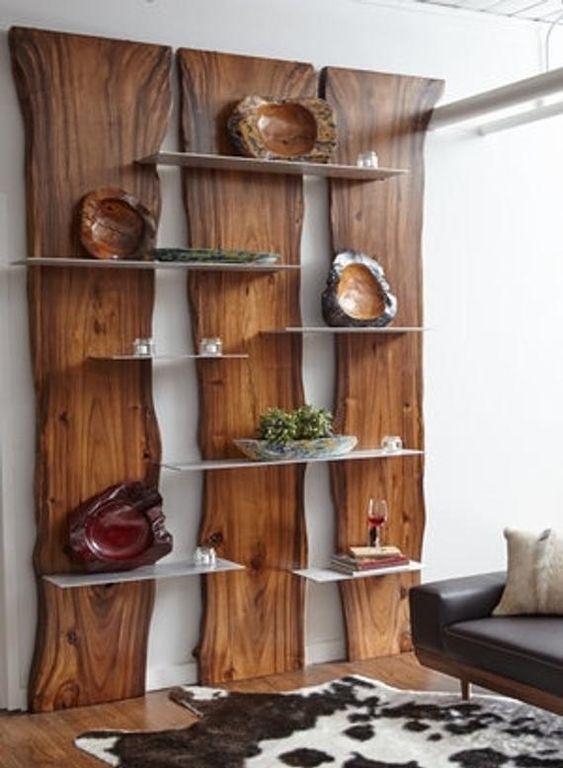 Libreria rustica realizzata in legno.