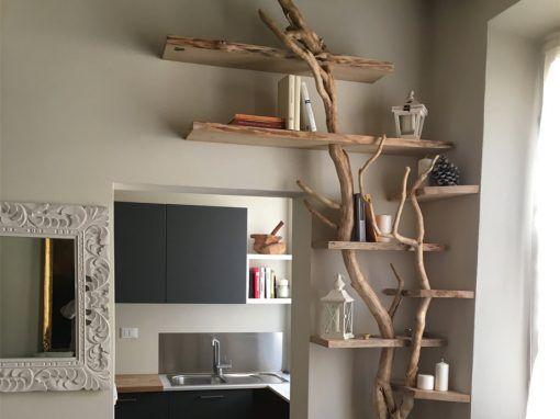 Libreria realizzata con rami di legno.