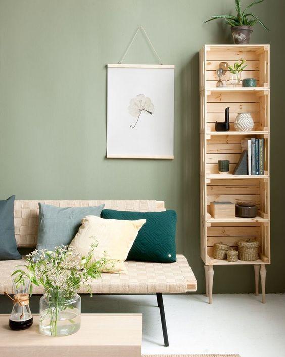 mobiletto fai da te verticale realizzato con cassette di legno IKEA.