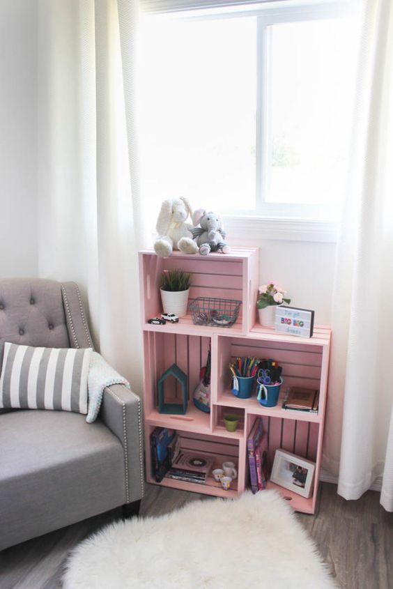 mobile originale per il salotto realizzato con cassette di legno rosa.