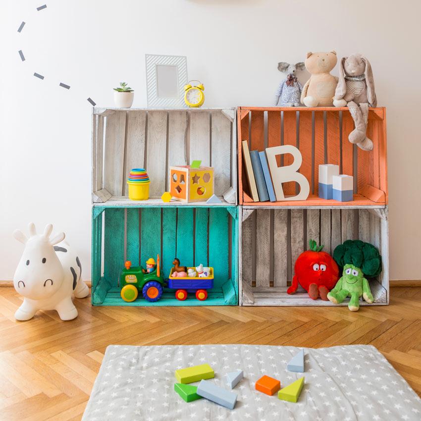 cassette di legno colorate in camera dei bambini per sistemare giocatoli.
