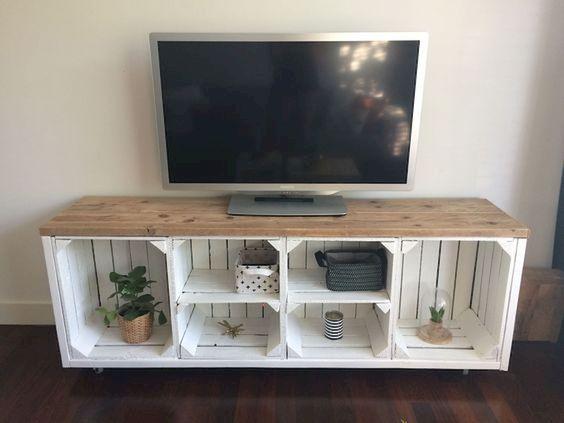 mobile porta TV fai da te con cassette di legno bianche e top in legno.
