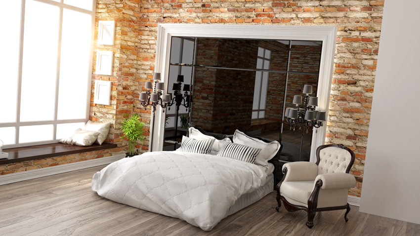 Un camera da letto lussuosa stile vintage con pareti di mattoni rossi a vista.