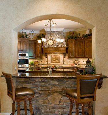 Isola cucina in muratura con rivestimento in pietra