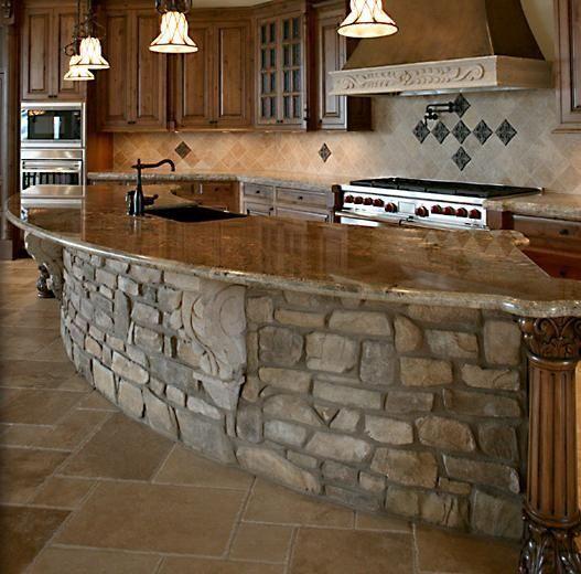 Isola cucina stile rustico con rivestimento in pietra naturale