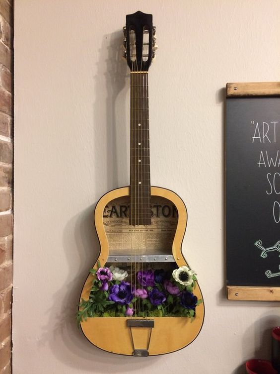 Una chitarra riciclata diventa una fioriera
