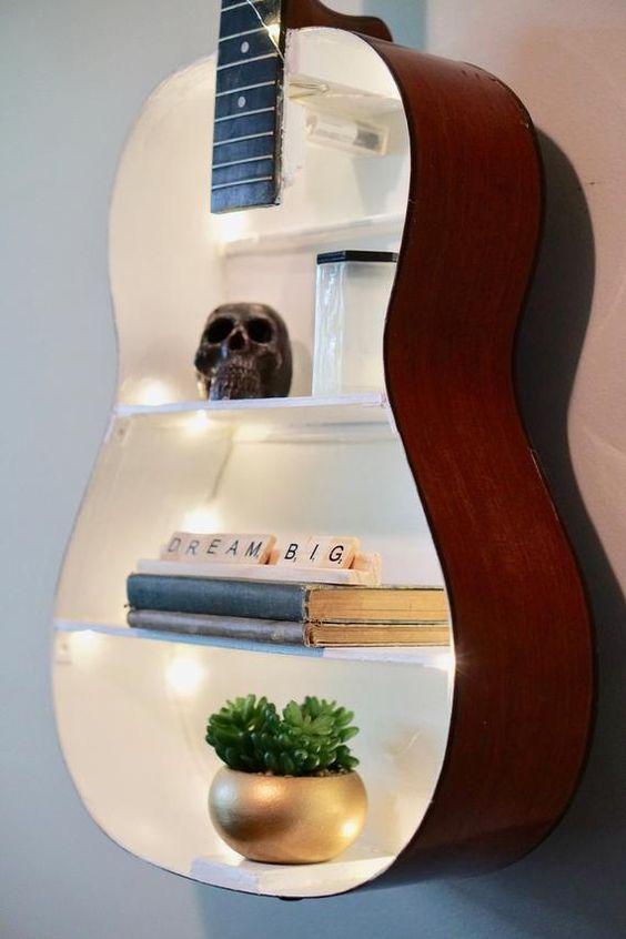 Vecchia chitarra diventa mensole design