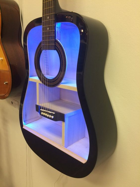 Chitarra riciclata diventa una mensola con luci LED