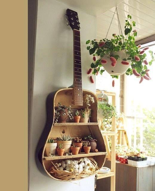 Vecchia chitarra diventa fioriera originale