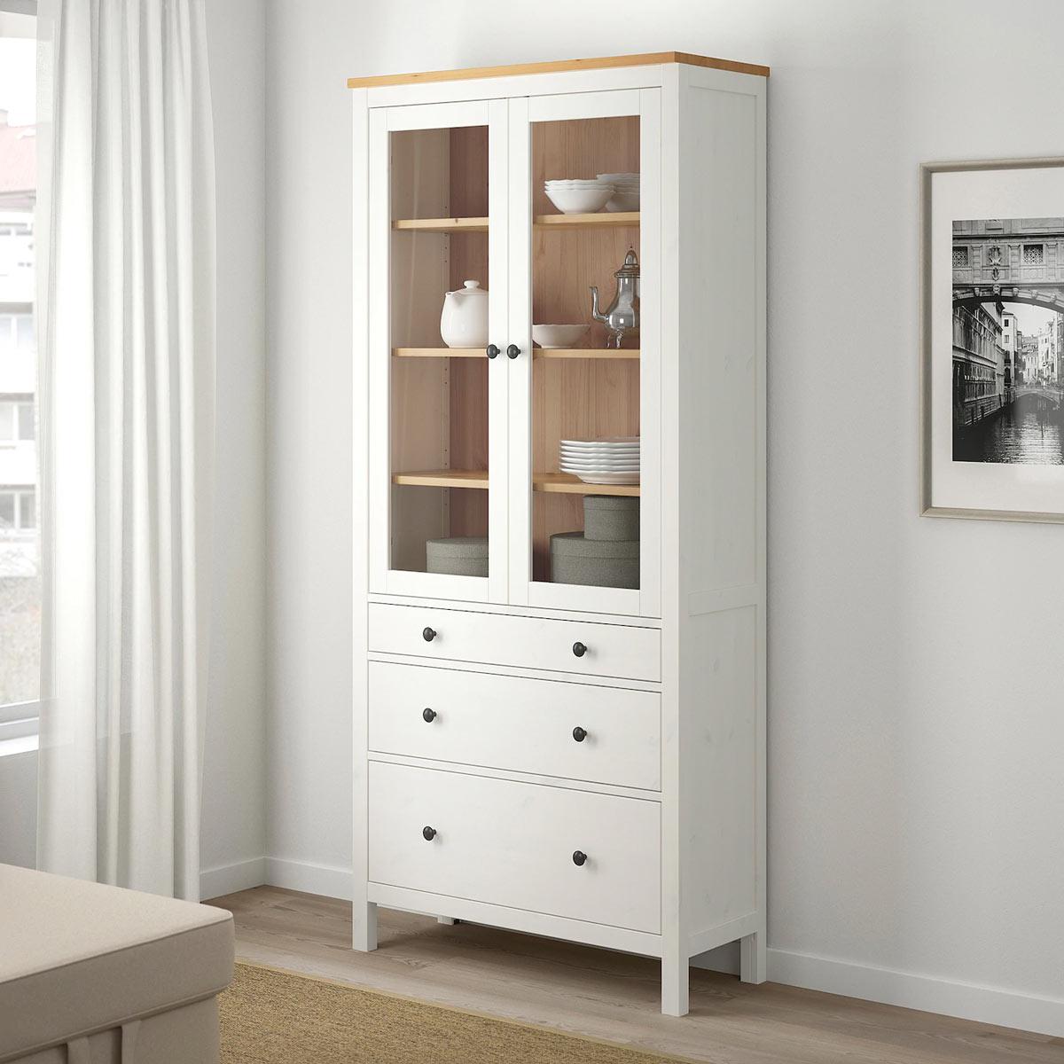 La vetrina shabby HEMNES bianco e legno IKEA