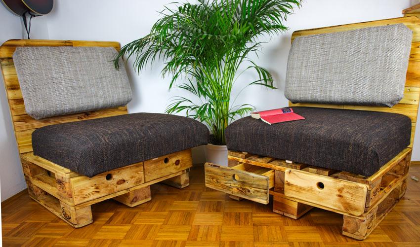 Due poltrone fai da te realizzate con bancali di legno.