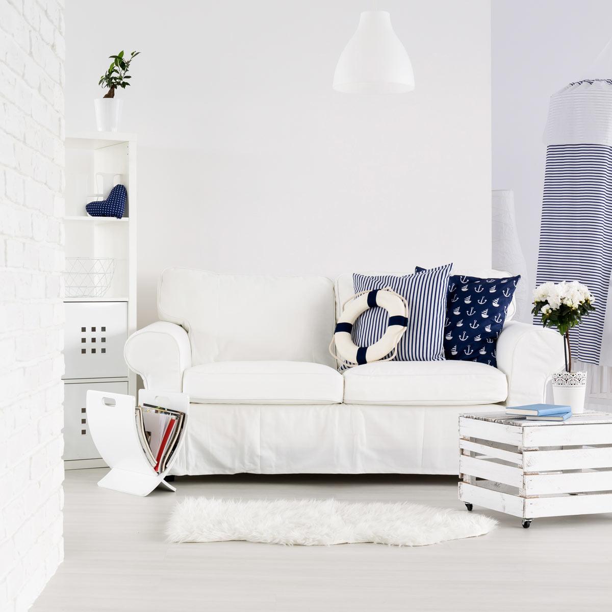 Soggiorno bianco e blu scuro, decorazione marina.