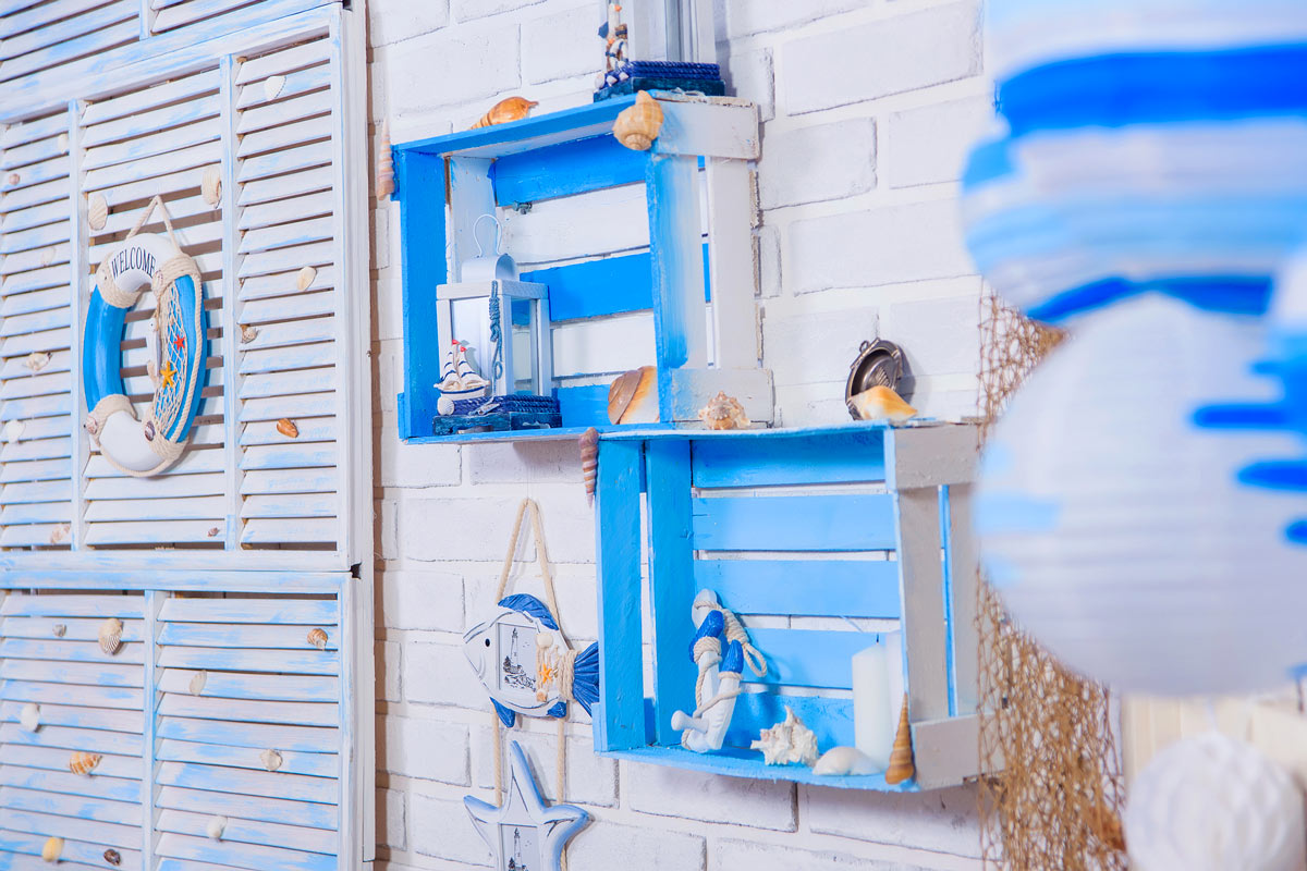 Cassette di legno fissate al muro dipinte in blu e bianco, perfetto per una decorazione in stile marino.