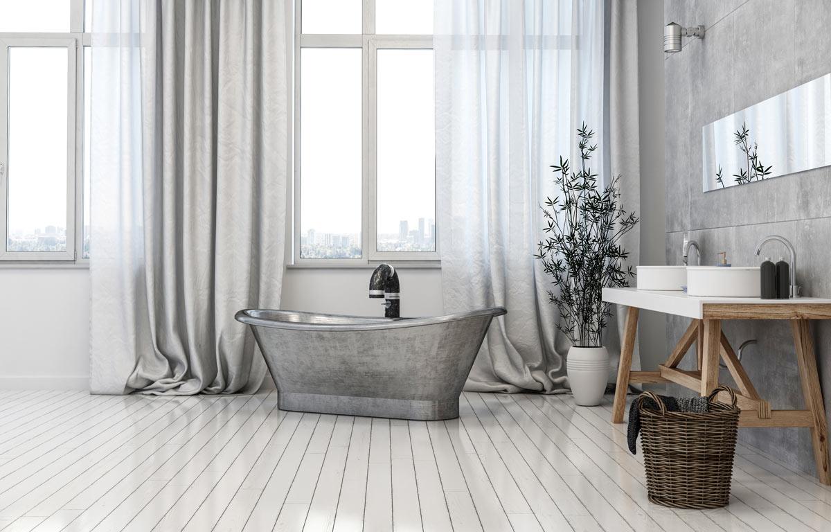 Bagno con tonalità di grigio con vasca shabby chic effetto metallo.