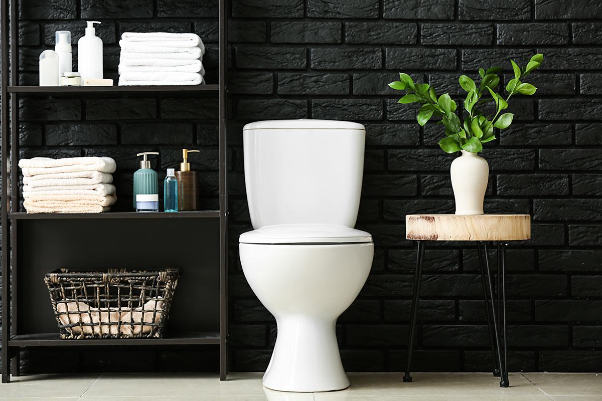 Bagno design con parete a mattoncini neri.