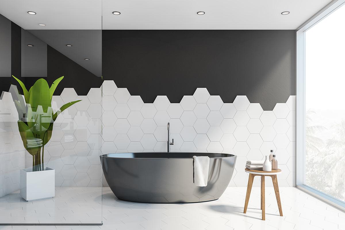 bagno minimalista con piastrelle bianche su parete nera.