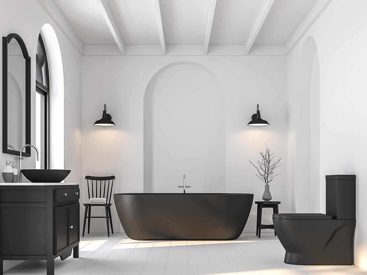 Bagno bianco con mobili e vasca nera.