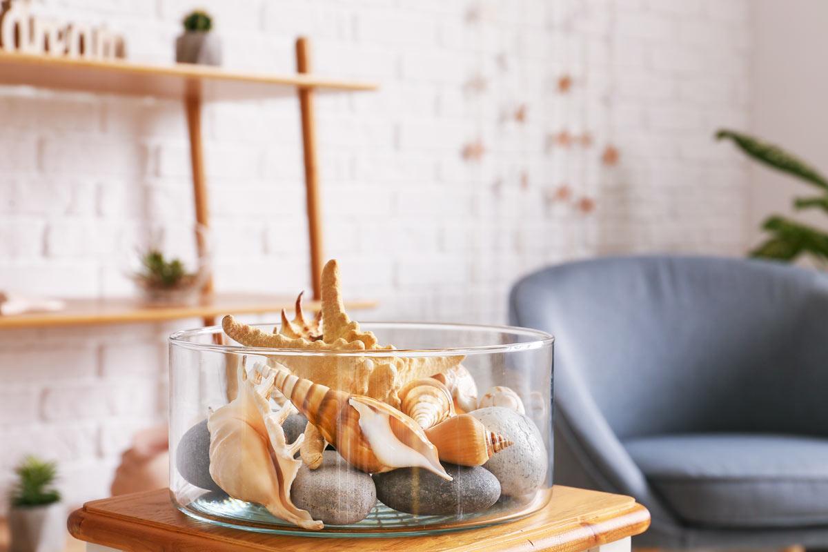 Centrotavola stile marino con conchiglie e sassi.
