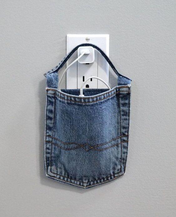 Porta carica cellulare realizzato con la tasca di un vecchio jeans.