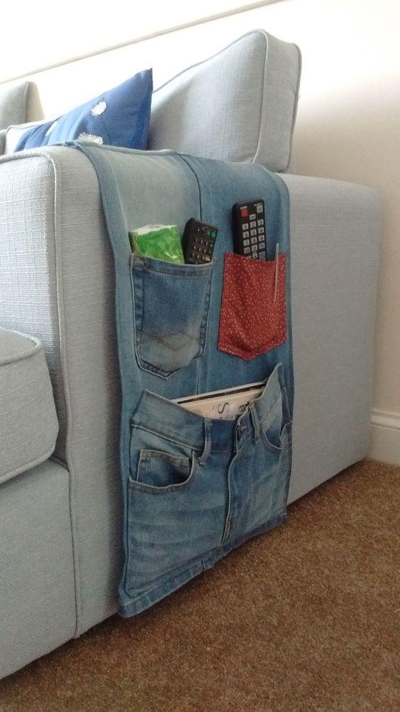 Porta telecomando da divano realizzato con jeans vecchi.