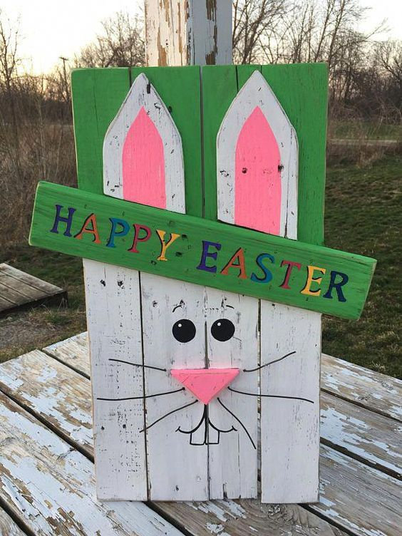 Insegna creativa fai da te con bancali per decorare l'ingresso a Pasqua.