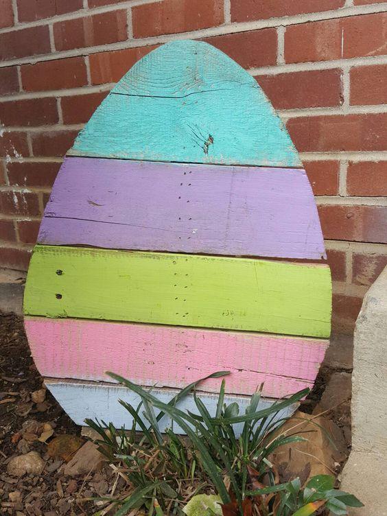Uova decorativo di Pasqua fai da te realizzato con dei bancali di legno.