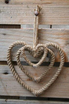 decorazione a forma di cuore con corda.