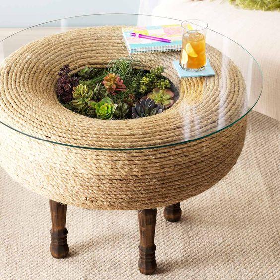 tavolino terrario realizzato con pneumatico decorato con la corda.