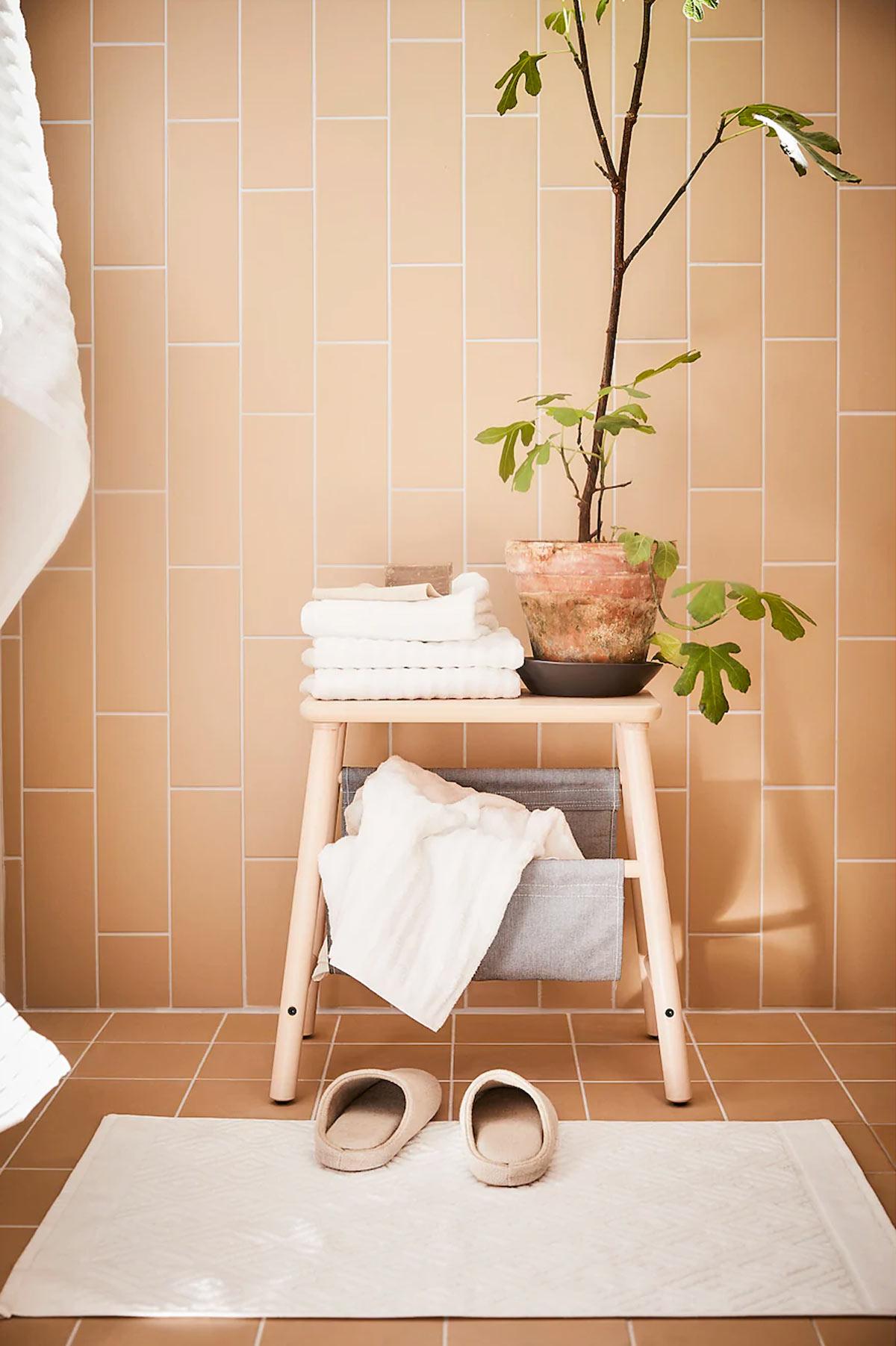 Vilto è lo sgabello contenitore IKEA ideale in bagno.