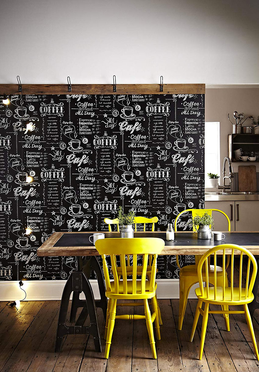 carta da parati di design che divide la zona cucina dalla sala da pranzo.
