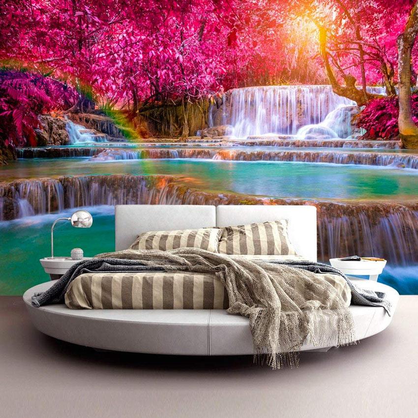 Paesaggio fantastico nella carta da parati in questa camera con letto tondo.